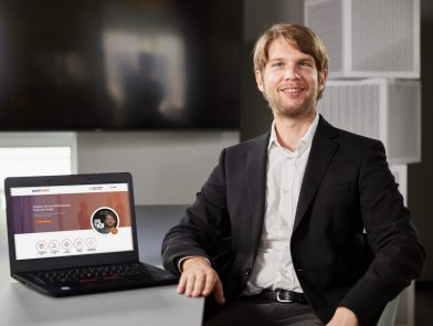 Tristan Niewöhner_Schreibtisch_Laptop persomatch